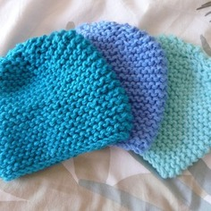 6aedd6529858 Modèle tricot bonnet bébé point mousse - Laine et tricot